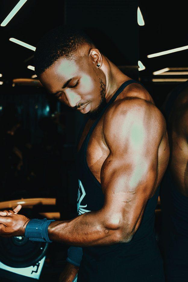 mann beim kraftsport